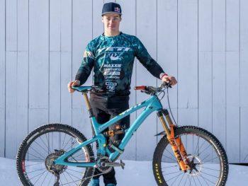 Richie Rude posa orgulloso con su bicicleta. Junto a Yeti y FOX han formado un equipo imbatible en las dos últimas temporadas de las EWS, oficiosamente el Campeonato del Mundo de Enduro. UN SUPER DOTADO