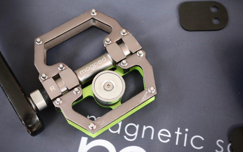 Pedal de plataforma con imán y cala magnética de Magped.